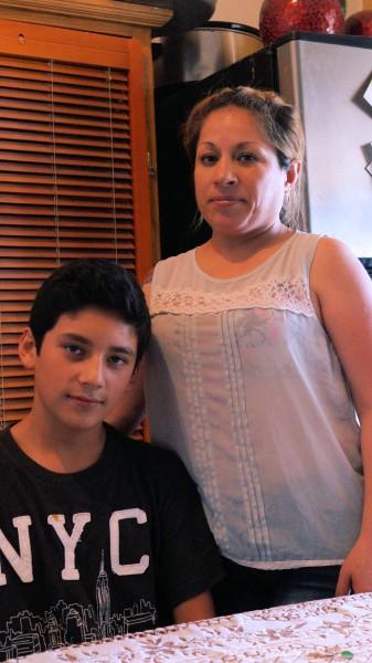 Evelin Torres y su hijo Javier.
