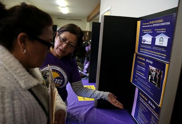 Navegadores ayudan a la inscripción de pacientes a un seguro de salud en los mercados del Obamacare en California. Foto: KQED.