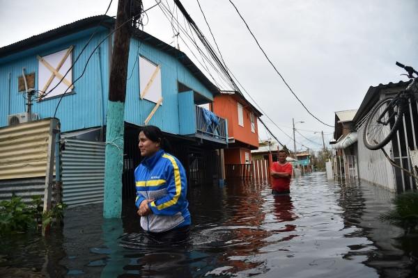 De cómo el colonialismo y el racismo explican la tardía respuesta del gobierno de Estados Unidos a la emergencia causada por el arrasador huracán María por esa isla hace tres semanas. En la imagen, puertorriqueños caminan en Juana Matos, PR. Septiembre 21 de 2017. Foto: Hector Retamal/AFP/Getty Images.