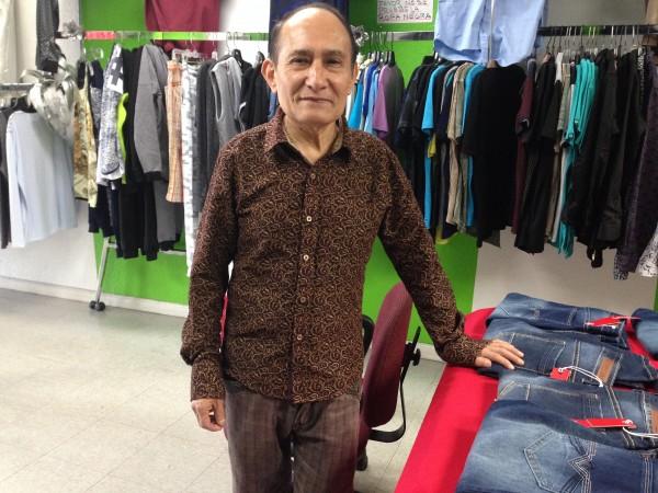 Raúl Maya, en su tienda Fashion Palace en el area Fruitvale de la ciudad de Oakland, California. Foto:  Farida Jhabvala Romero/KQED.