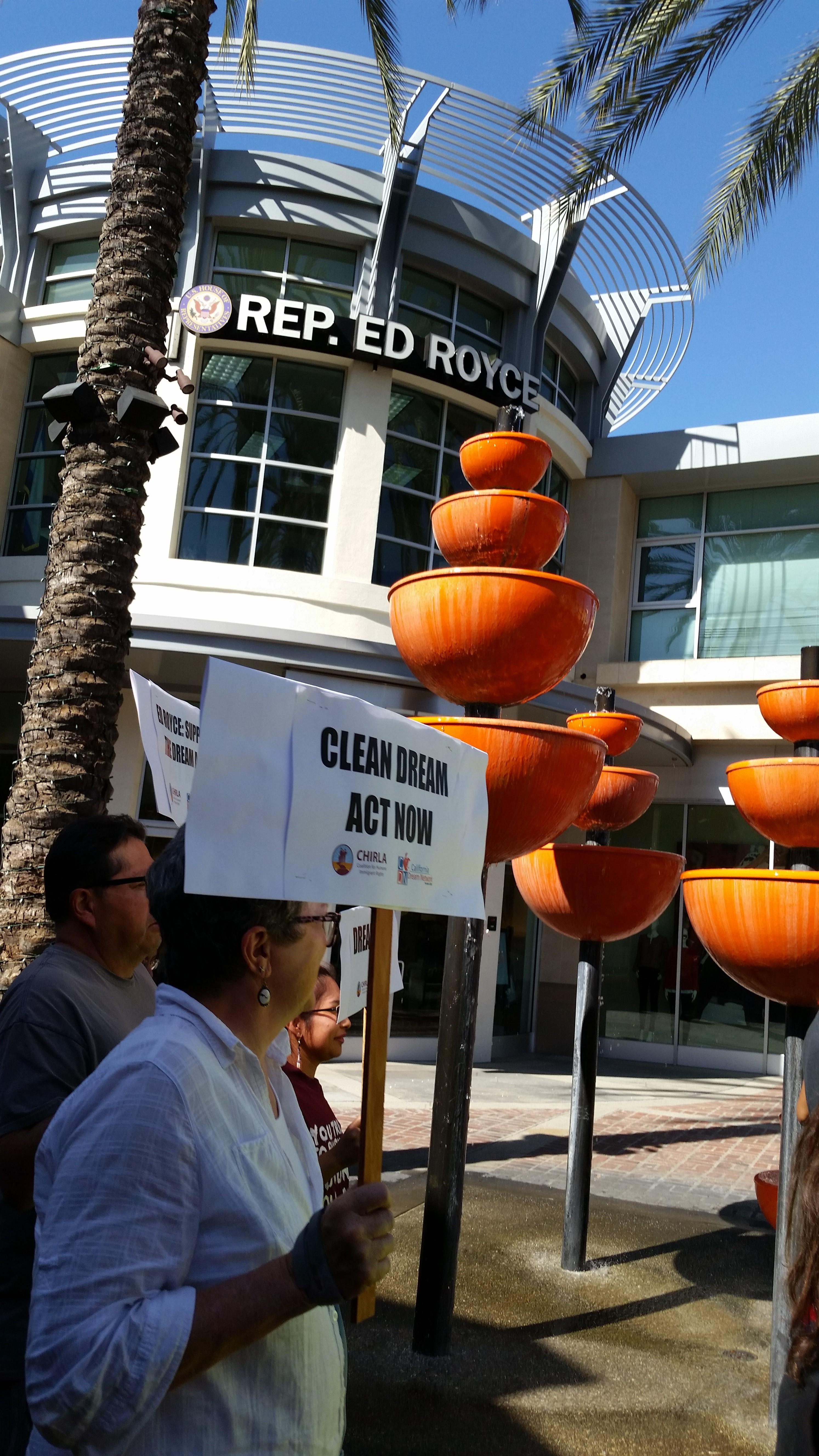 Manifestante frente a oficina de Ed Royce en la Brea, CA.