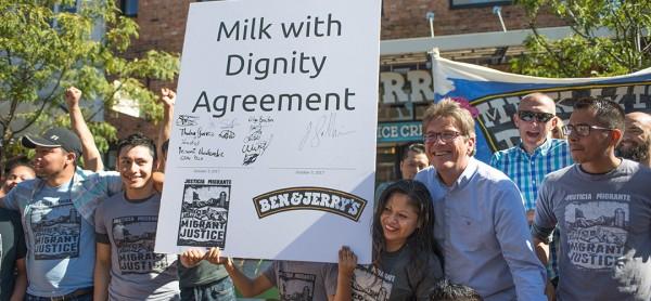 Representante de Ben & Jerry's y trabajadores inmigrantes de la industria de lácteos celebran el importante acuerdo, 'Leche y Dignidad', que establece pautas o estándares laborales desde la perspectiva de los trabajadores. Foto: benjerry.com