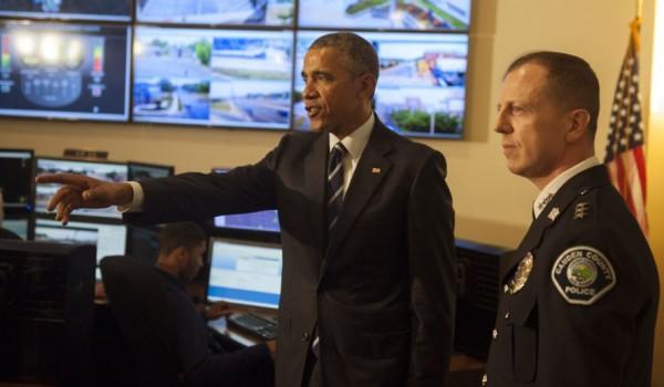 Tras los disturbios de Ferguson, Misuri,  el presidente Barack Obama buscó poner fin a la persecución injustificada de la inmigración por parte de la policía estatal y local, para lo que recomendó la creación de un grupo de trabajo con este énfasis. En la imagen, Obama con el Jefe dela Policía de Camden, NJ, Scott Thomson en su oficina. Foto: AP