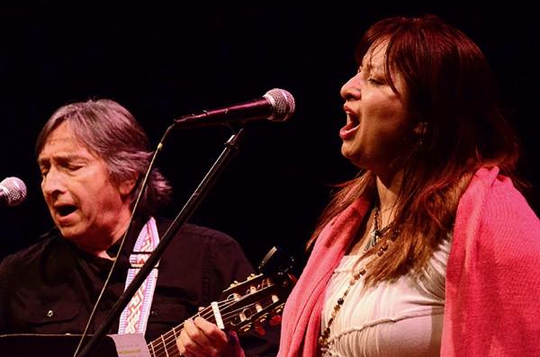 Rafael Manríquez y su hija, Marci Valdivieso en un concierto de Vicente Feliú en 2012 en el Teatro Brava, San Francisco, CA. Foto: Cortesía: Marci Valdivieso.