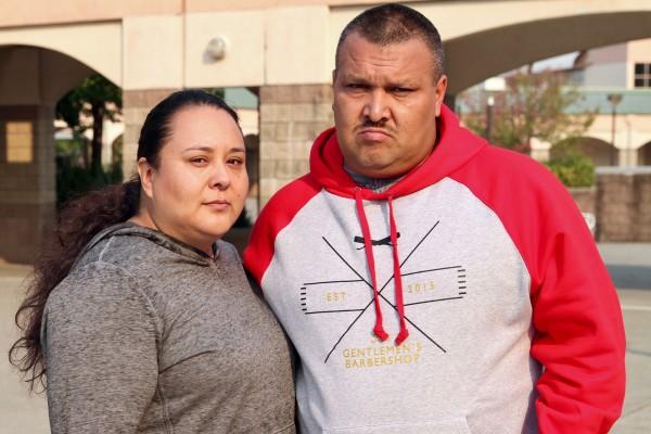 Sulema Flores Zepeda y su esposo Jesús Zepeda, afuera del albergue instalado en Elsie Allen High School, en Santa Rosa. Foto: Ricardo Ibarra.