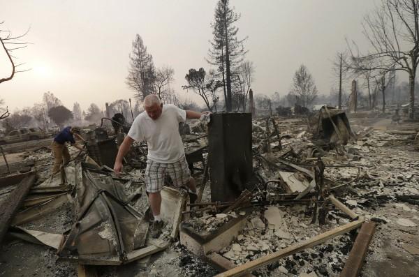 Con tristeza buscan entre los escombros de lo que hasta hacía muy poco eran sus propiedades devoradas por los incendios en Santa Rosa, California. Foto: Business Insider.