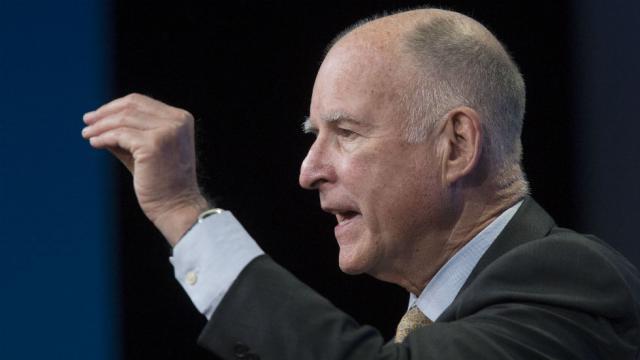 El gobernador demócrata de California, Jerry Brown a la hora de anunciar la firma de la Ley de los Valores de California, SB 54. Foto: Oficina del Gobierno de California.
