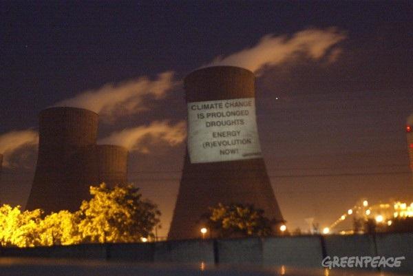 Campaña por un futuro a salvo de los efectos del cambio climático, los activistas de Greenpeace transmiten un mensaje en la torre de enfriamiento de la central térmica NTPC de Dadri en La India. Foto: Greenpeace USA.