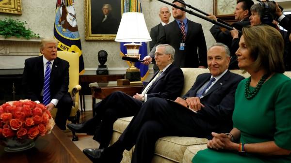 """En el Salón Oval de la Casa Blanca el presidente Trump anuncia un acuerdo """"bipartidista"""" para pasar el Dream Act sin dinero para la construcción del Muro. Lo acompañan el líder de la mayoría republicana en el Senado, Mitch McConnell (KY), y los líderes de la minoría demócrata en el Congreso, el senador Charles Schumer (NY) y la representante Nancy Pelosi (CA). Foto: Newsweek."""
