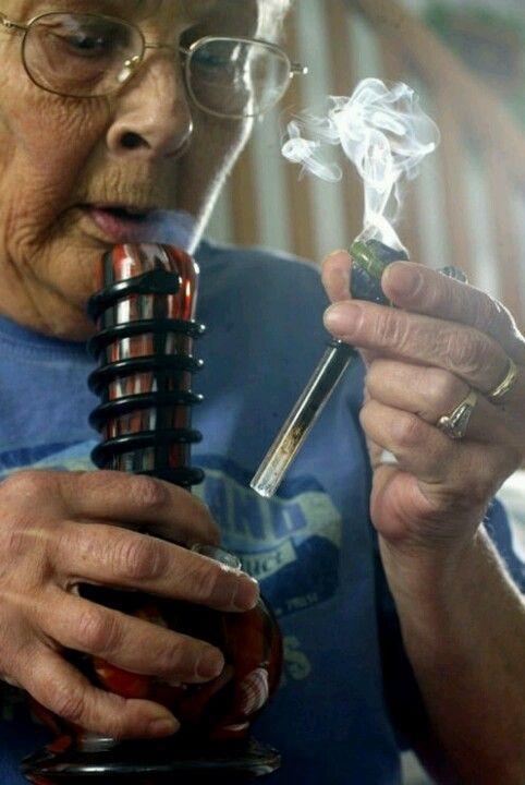 """La abuela fumando marihuana. """"No estoy seguro si ella es una abuela, pero la gente mayor fumando hierba es simplemente increíble"""". Foto: Pinterest."""