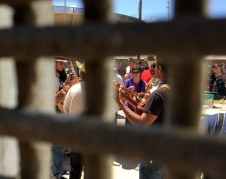 Un vistazo a través de la reja fronteriza entre San Diego, California y Tijuana, Baja California. Foto: Folklife