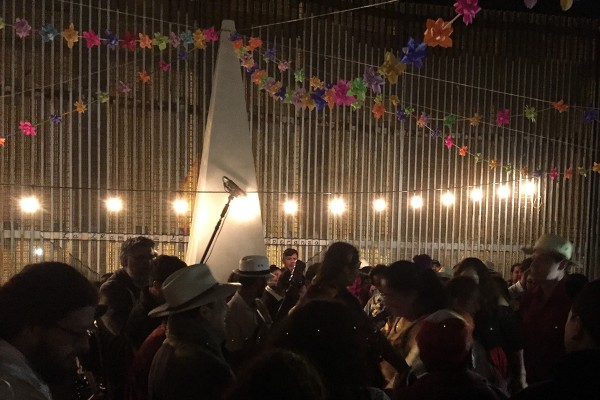 109/5000 Celebrating in full Fandango in front of the fence that separates Mexico from the United States. Photo:  Folklife