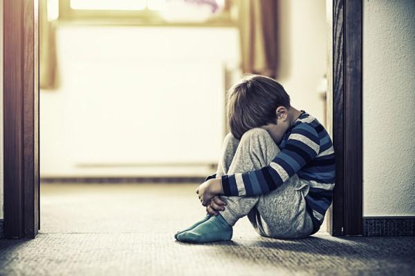 Niño en un hogar temporal o de crianza que parece deprimido o triste. Foto: California Healthline.