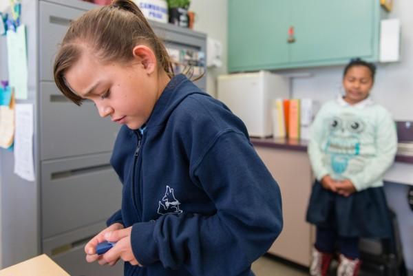 La alumna Nancy Navarro revisa sus niveles de insulina el 16 de octubre de 2016.