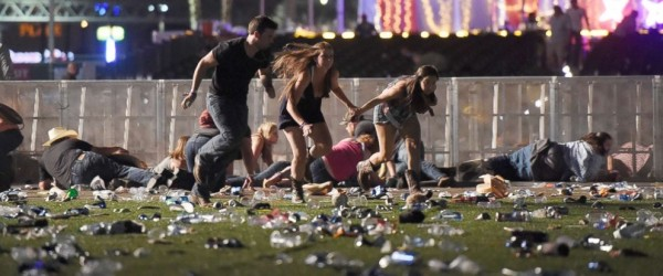 Escaramuza de gente corriendo para salvar su vida durante la masacre en Las Vetas NV, que dejo unos 60 muertos y casi 500 heridos. Foto: Getty Images.