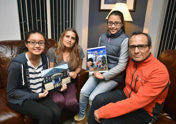 Miriam Martínez, al centro con sus dos hijas y su esposo, Luis Raphael Benavides. Foto: Stamfornd Advocate.