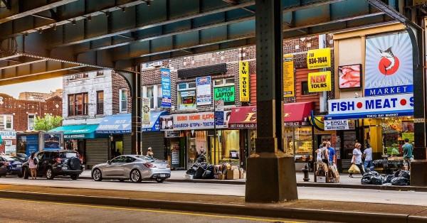 En esta calle del Alto Manhattan en la ciudad de Nueva York, casi todos los comercios que se ven en la foto pertenecen a personas de las llamadas minorías. Foto: CNBC.com.