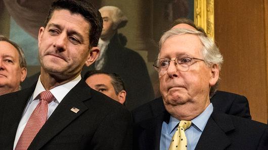 """Paul Ryan y Mitch McConnell, líderes republicanos de la Cámara de Representantes y el Senado respectivamente, acompañada por miembros del Comité Senatorial de Finanzas y del Comité de Medios y Arbitrios de la Cámara de Representantes del Capitolio en Washington, DC, el miércoles 27 de septiembre de 2017 explican su plan de """"reforma"""" fiscal que favorece desproporcionadamente a los ricos y las corporaciones. Foto: The Washington Post"""