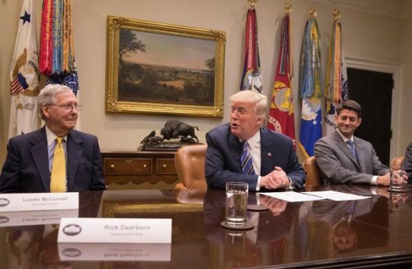 El presidente Trump con los líderes de la mayoría republican en el Congreso, Mitch McConnell y Paul Ryan, artífices del proyecto de recorte de impuestos. Foto: NYT.