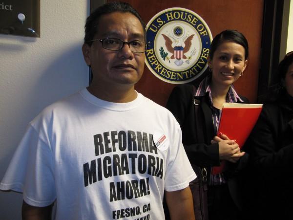 Rufino Domínguez en la oficina del congresista demócrata de Fresno, California, Jim Costa, cabildeando por la reforma migratoria. Foto. Página web de FIOB en Facebook.