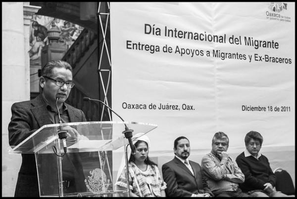 En el ayuntamiento de Oaxaca, Rufino domíngues habla al pueblo oaxaqueño. Foto: David Bacon.