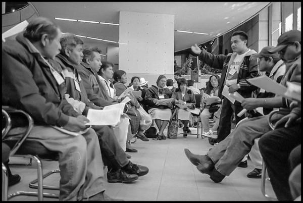Miembros del Frente Indígena Oaxaqueña Binacional en un taller dirigido por el coordinador Rufino Domínguez, Tijuana, Baja California, 14 de diciembre de 2001. Foto: Cortesía de David Bacon.