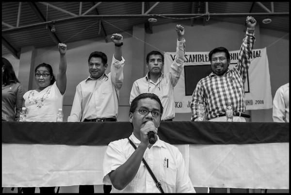 Rufino Domínguez en la asamblea binacional del Frente Binacional de Organizaciones Indígenas en Santiago Juxtlahuaca, Oaxaca, en 2008. Foto: Cortesía de David Bacon.