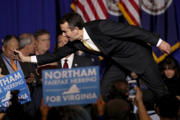 Ralph Northam, candidato demócrata vencedor en la contienda por la gubernatura de Virginia saluda entusiasmado a sus seguidores en sus cuarteles generales de campaña la anoche de ayer. Foto: Huffpost