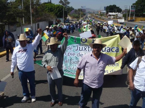 Miembros del frente binacional en una manifestación del FIOB en Juxtlahuaca, Ox. Foto: página Facebook del FIOB.