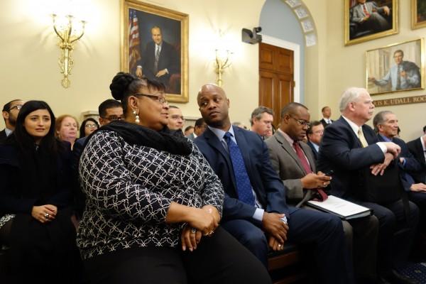 Escuchan atentos en una audiencia de uno de los comités del Congreso sobre la ayuda a Puerto Rico.