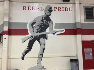 La cuestionada mascota de Johnny El Rebelde que aparece en la pared, ¡pronto será historia! Fot: ágina web de la escuela.