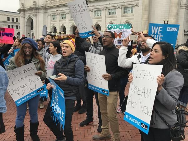 Manifestantes en el Capitolio de Washington, DC, demandando una Dream Act limpia. Foto: ACLU.