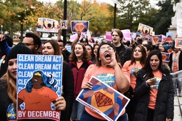 Una de las marchas de los soñadores en defensa de DACA que se dieron simultáneamente ayer en diversas ciudades de Estados Unidos. Foto: Alejandro Álvares, Tweet.