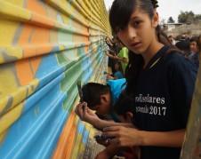 Pintar es un atractivo para los menores, que acuden gustosos a colaborar con el artista.