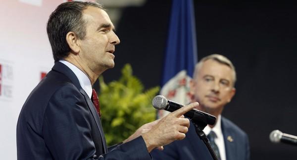 candidato a la gubernatura de Virginia, el demócrata Ralph Northam (izquierda), debate con Republicano Ed Gillespie (que mira desde el fondo) en la Universidad de Virginia. Foto: Steve Helber / AP.