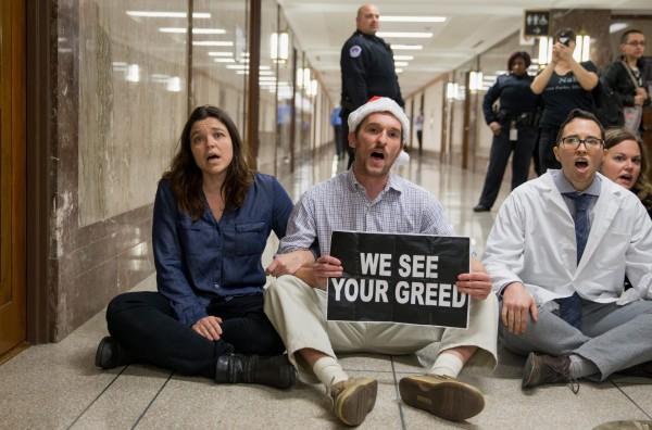 Estudiantes universitarios protestaron en los pasillos del Capitolio contra el Proyecto de ley de recorte de impuestos de los republicanos y convocaron a un paro de clases y protestas callejeras. Foto:  Free Speech.