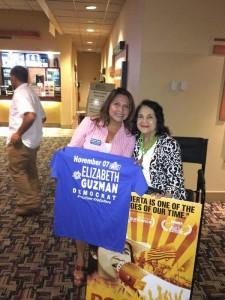 Elizabeth Guzmán recibiendo apoyo de Dolores Huerta.