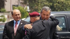 Héctor Barajas se abraza con el congresista Juan Vargas. Atrás, el congresista Lou Correa. Foto: Cortesía de Bajas.
