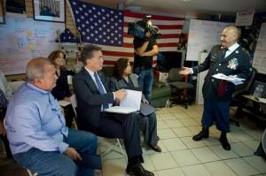 Héctor Barajas, de pie platica con miembros del Comité de Asuntos para Veteranos, en octubre de 2017. Foto: Cortesía de Barajas.