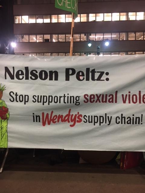 Coalición de jóvenes estudiantes, judíos y de otras denominaciones religiosas se unen a la protesta de los trabajadores del a coalición de Trabajadores de Immokalee frente a las oficinas centrales del mayor accionista de Wendy's, Nelson Peltz y Trian Partners en Nueva York.  Foto: MVG