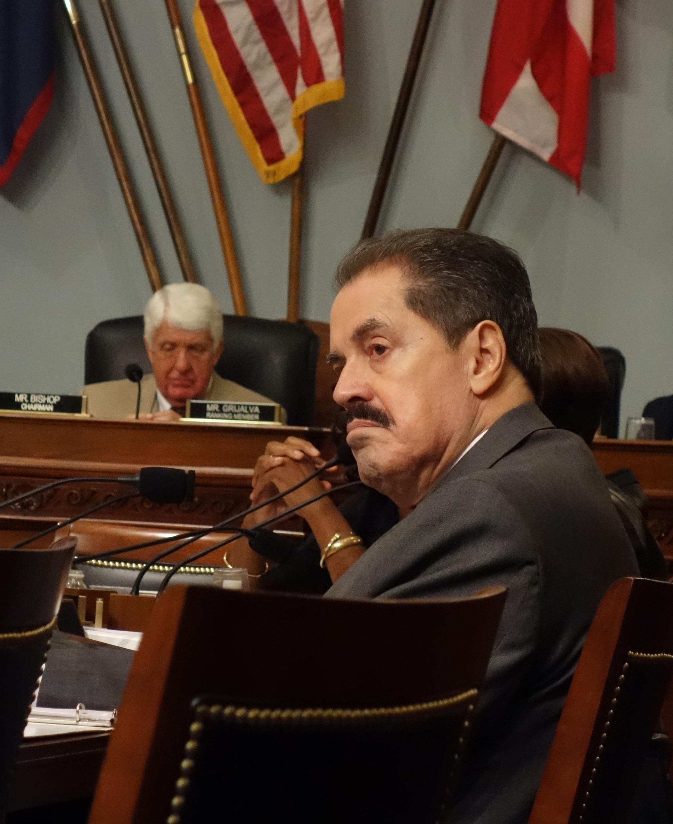 El congresista demócrata por Nueva York, José Serrano, de origen puertorriqueño, sigue con atención el desenlace de la audiencia pública.