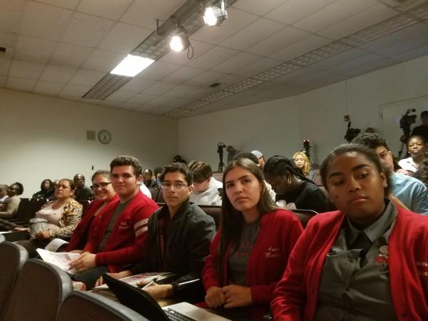 Julio Osorio -al fondo-, Russell Gutiérrez, Andrea Martínez y Samantha esperan resultado de la votación.