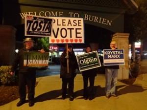 Noche de elecciones en las calles de Burien. La comunidad dividida. Grupo de voluntarios apoyando a los 4 Fantásticos, dos de ellos Latinos.