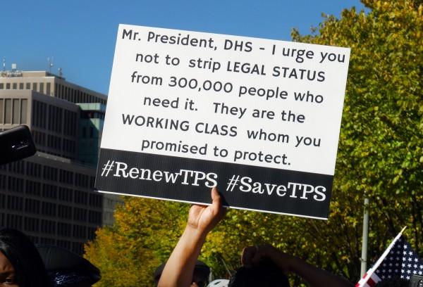 Pancarta de un manifestante con el pedido al gobierno federal para extender el TPS.