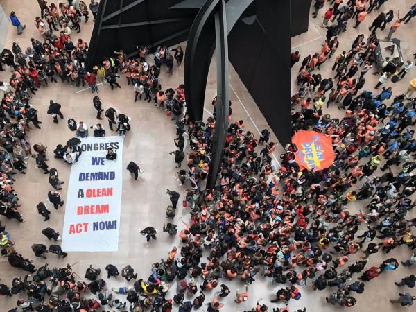 En el edificio Hart del Congreso en Washington, DC, los cientos de soñadores que prtestaron en defensa de DACA. Foto: United We Dream.