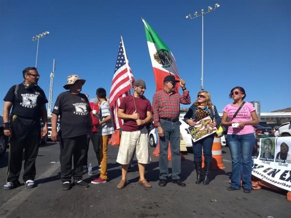Veteranos con sus banderas celebran Veterans Day en línea de Tijuana-San Diego. Foto: Manuel Ocaño.