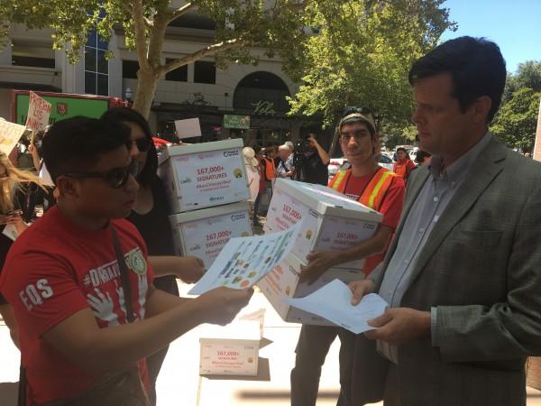Residentes del área de Monterey, CA, se movilizan para reunir firmas que apoyen una petición para prohibir el uso de clorpirifos en los campos del estado. Foto: Indybay.
