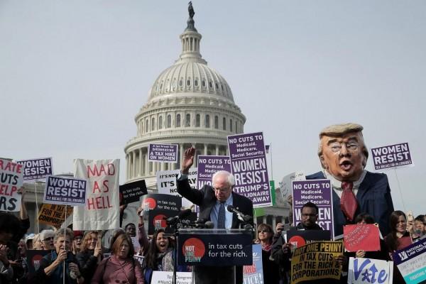 El senador independiente, Bernie Sanders encabeza una protesta frente al Capitolio en Washington, DC, en contra del plan republicano. Foto: Newsweek.