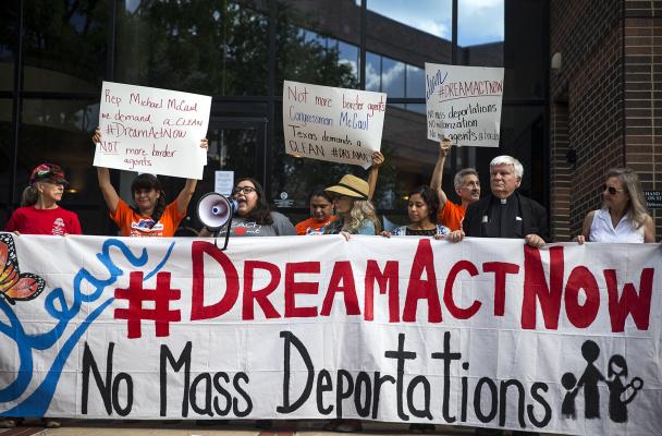 Protestan Dreamers por la cancelación de DACA. Foto: MyAJC.
