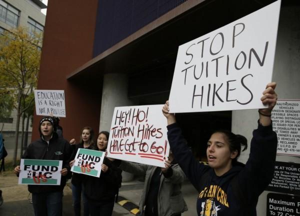 Estudiantes de postgrado en Luisiana protestan contra el aumento de las colegiaturas. Foto: CNS News.